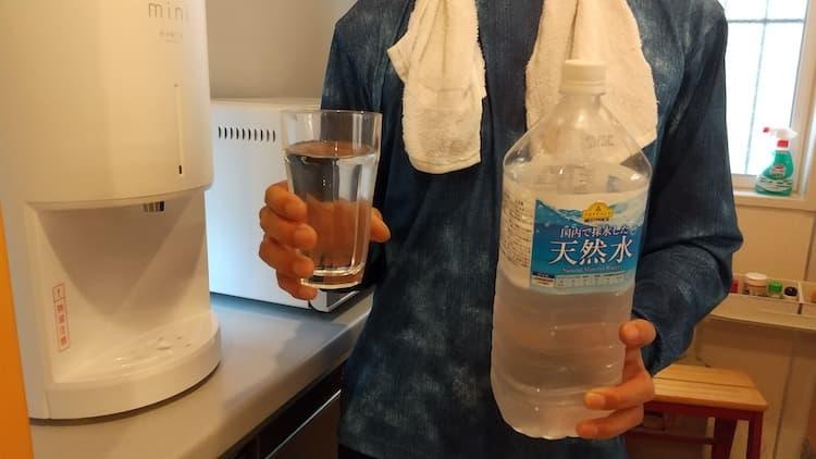 2Lペットボトル水を持つ管理人