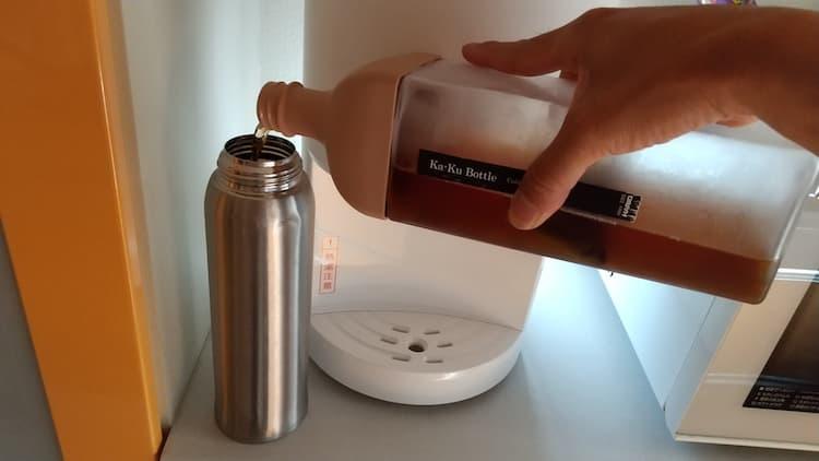 麦茶を水筒に入れるようす